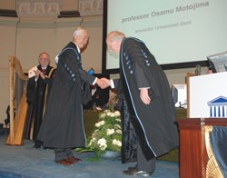 The handshake after the laudation pronounced by Guido van Oost (right). To the left of laureate Motojima stands the rector of Ghent University, Paul Van Cauwenberge. (Click to view larger version...)