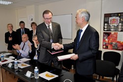 ITER Director-General Osamu Motojima and DAHER Director-General Jean-Paul Laffite signed the first Task Order of the Logistics Service Provider Framework Contract. (Click to view larger version...)