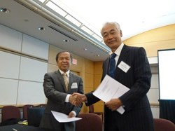 ITER Director-General Osamu Motojima shaking hands with Luo Delong, head of ITER China, after having signed the PA for ITER's Pulsed Power Electrical Network, which will supply alternating current (AC) power to the machine's superconducting coils and its heating and current drives. This mighty power source will be procured by China. (Click to view larger version...)