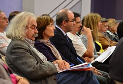 Close to one hundred people, most of them local residents, participated in the meeting held at Vinon-sur-Verdon's Community Hall. (Click to view larger version...)