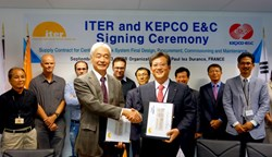Signing the contract for the final design and procurement of the Central Interlock System: ITER Director-General Motojima and KEPCO E&C's Soon-Chul Yun, executive senior vice president of the Nuclear Division. (Click to view larger version...)