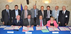 Regional President Michel Vauzelle (left) and President of the Greater Aix Council Maryse Joissains-Massini, signed the GIP convention along with other representatives of the local governments (standing). (Click to view larger version...)