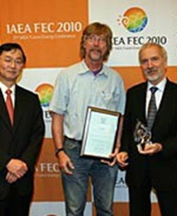 John E. Rice (centre), MIT, the winner of the 2010 award, receives a certificate and trophy from the Chair of the Board of Editors of ''Nuclear Fusion,'' Mitsuru Kikuchi (left, JAEA), and Werner Burkart (right), Deputy Director General, IAEA. Copyright: IAEA (Click to view larger version...)