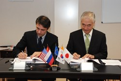 The EUR 43 million signature: the CEO of ZURICH France, Paolo Ribotta, and ITER Director-General Osamu Motojima signing the insurance contract for the ITER facility. (Click to view larger version...)