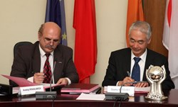 Anatoly Krasilnikov, head of the Russian Domestic Agency, and ITER Director-General Osamu Motojima signing Procurement Arrangement numbers 49 and 50 this week. (Click to view larger version...)