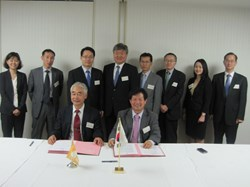 ITER Director-General Osamu Motojima and the Head of the Korean Domestic Agency, Kijung Jung, signing the Procurement Arrangement in the presence of GS Lee, president of the National Fusion Research Institute of Korea and staff members. (Click to view larger version...)
