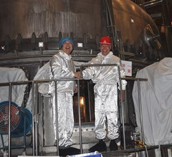 For the first time ITER Director-General entered the EAST vacuum chamber, accompanied by ASIPP Director Li Jiangang. (Click to view larger version...)
