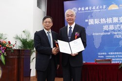 USTC President Hou Jianguo with the new Honorary Professor Osamu Motojima. (Click to view larger version...)