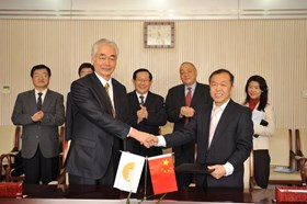 ITER Director-General Osamu Motojima and Luo Delong, Director of the Chinese Domestic Agency, shaking hands after the signing ceremony. (Click to view larger version...)