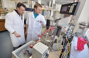 A world's first: Christopher Lefèvre (right) of CEA-Cadarache's Cell Bioenergetics Laboratory headed by David Pignol (left) succeeded in mastering the cultivation process of magnetotactic bacteria (MTB). (Click to view larger version...)
