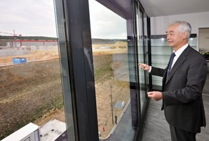 Facing the machine: Director-General Motojima has chosen the ''platform side'' of the building in order to visually follow the daily progress of construction. (Click to view larger version...)