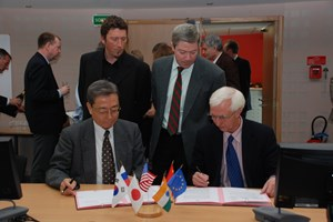 ITER Director-General Kaname Ikeda (left) and Frank Briscoe, Head of ''F4E'' signing Procurement #33 for the divertor's inner vertical targets. (Click to view larger version...)