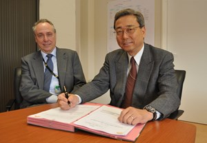 On Thursday 25 March, ITER Director General Kaname Ikeda, here with DDG Carlos Alejaldre, signed the DAC files cover letter. The 5,243-page document is now in the hands of the French government. (Click to view larger version...)