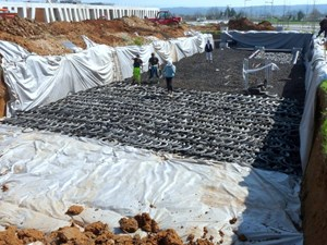 Some 550 cubic metres of tire pellets and also tire flanks ''slices'' were arranged in layers and covered with dirt to create the International School's storm basins. © Jean-Pierre TISSIER, La Provence (Click to view larger version...)