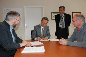 Signed and sent: On Thursday, Director-General Kaname Ikeda signed the Procurement Arrangement for ITER's radio-frequency transmission lines in the presence of Deputy Director-General Dhiraj Bora, Radio Frequency Section Leader Bertrand Beaumont and Philippe Lamalle. (Click to view larger version...)