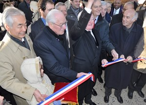 Cutting the symbolic ribbon. Bernard Jeanmet-Peralta, the Mayor of Manosque and Jean-Paul Clément, Director of the Intn'l School, stand between DG Motojima and Region President Vauzelle. The inauguration was attended by the Consul-Generals of Japan and of the United States (in the background). (Click to view larger version...)