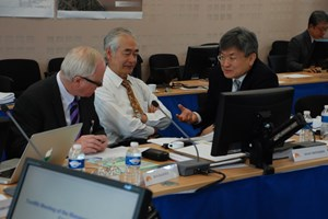The MAC taking a break: DDG Rem Haange, DG Osamu Motojima and MAC Chairman Gyung-Su Lee. (Click to view larger version...)