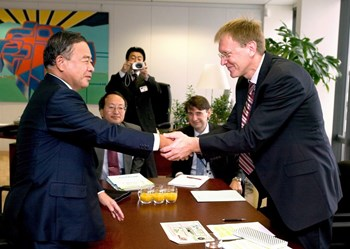 Noriaki Nakayama, the Japanese Minister of Science and Technology, and Janez Potočnik, the European Commissioner for Science. Nearly two years of negotiations were necessary to decide which of the sites proposed by Europe or Japan would host the ITER Project. (Click to view larger version...)