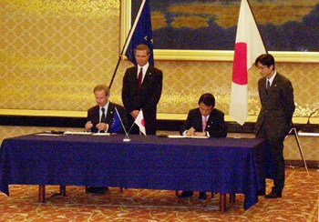 On 5 February 2005 in Tokyo, Mr Taro Aso, Minister for Foreign Affairs of Japan, and Mr Hugh Richardson, the Ambassador of the Delegation of the European Commission to Japan, signed the Agreement for the Joint Implementation of the Broader Approach Activities in the Field of Fusion Energy Research. (Click to view larger version...)
