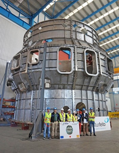 The European Domestic Agency/CIEMAT/Asturfeito S.A. team in front of the JT-60SA cryostat vessel body. (Click to view larger version...)