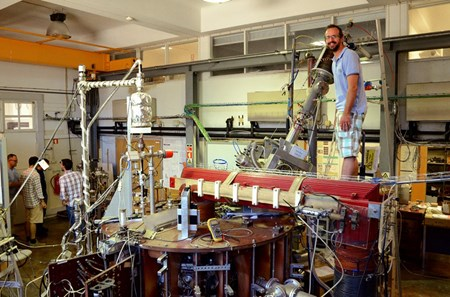 Another fusion student stands happily on a tokamak: the Portuguese ISTTOK is the former TORTUR from the Dutch institute FOM (now DIFFER). (Click to view larger version...)