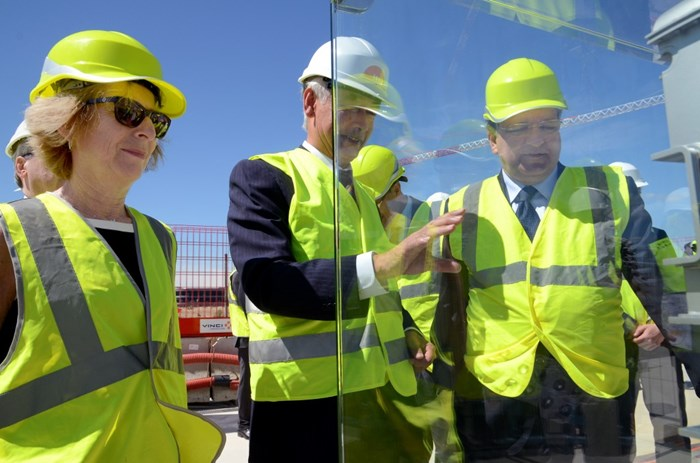 DG Motojima provides explanations to Ms Fioraso and President Barroso in front of ITER Tokamak mockup that had been especially moved to the Assembly Hall slab for the occasion. (Click to view larger version...)