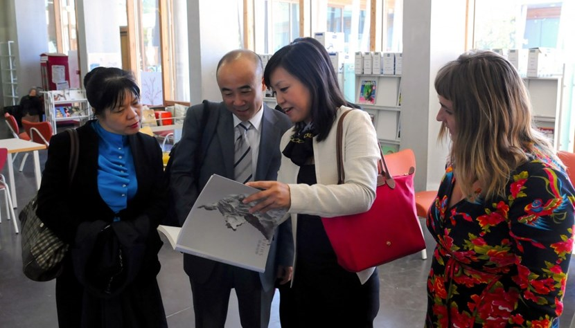 Li Gui Hua of the Chinese Ministry of Science and Technology, and Mingqin Ding, DDG of ITER China, met over books with International School teachers in Manosque. (Click to view larger version...)