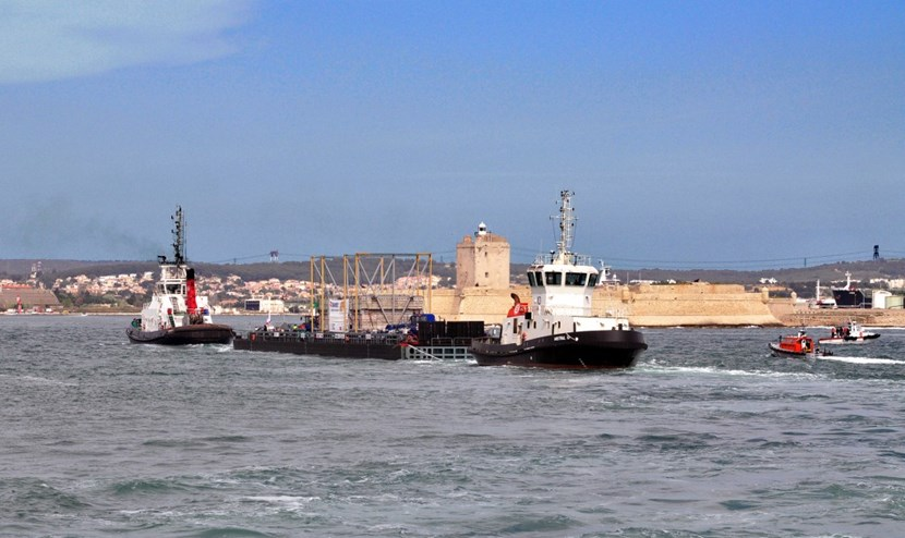 The barge passes the Fort de Bouc lighthouse at the entrance of the oil tanker terminal of Lavéra. (Click to view larger version...)