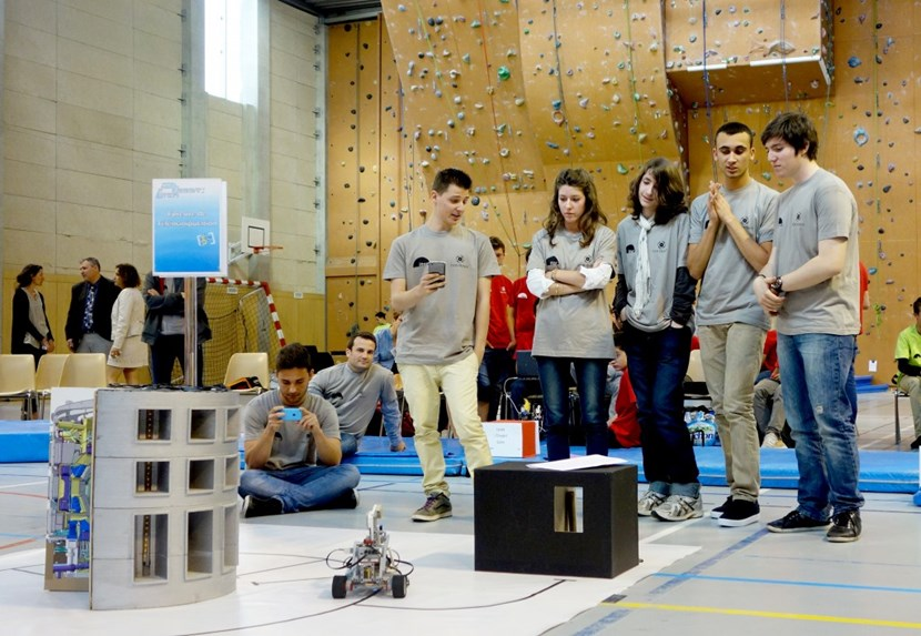 After nine months spent imagining, designing and programming their robots, ten teams from junior and high school had the opportunity to put them to the test in front of a jury made up of professionals. (Click to view larger version...)