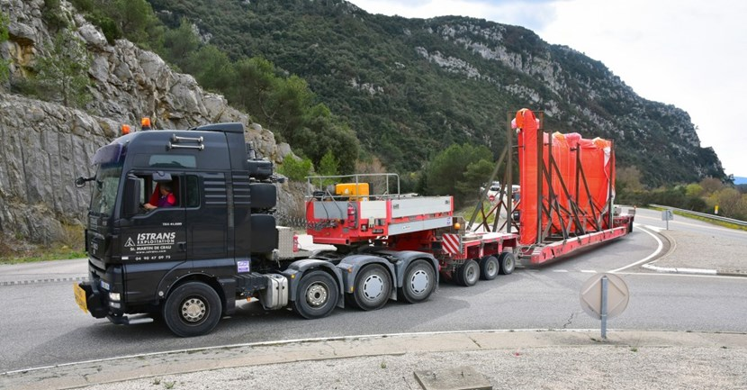Conventional Exceptional Loads (CEL), by contrast, travel light. Here, the hydraulic bridge trailer carrying a segment of the cryostat passes the gorge of Mirabeau, 10 kilometres to the south of the ITER site. (Click to view larger version...)