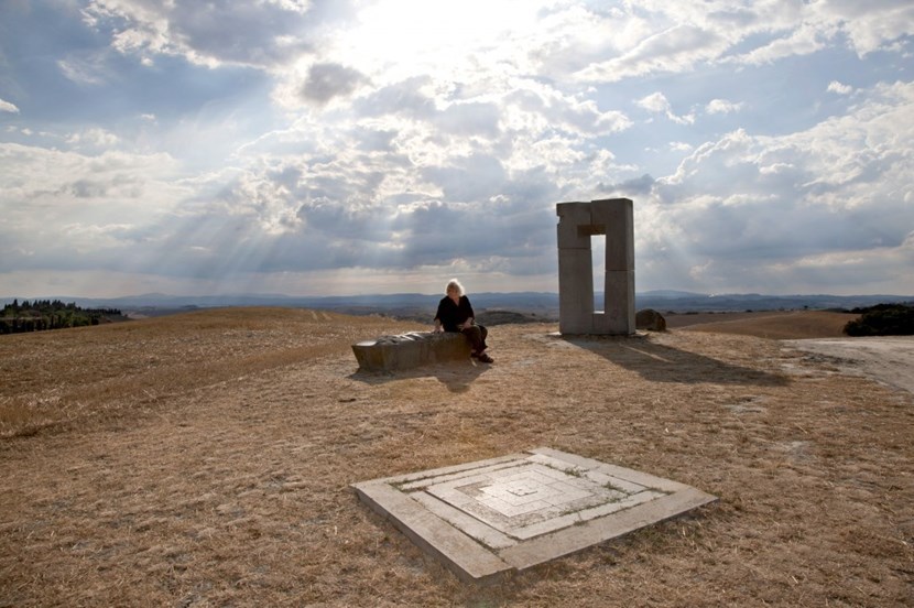 The artist, sitting here next to the Asciano sculpture, sees his work as an ''enigmatic signal'' for ITER. What is missing for the moment is the funding ... (Click to view larger version...)