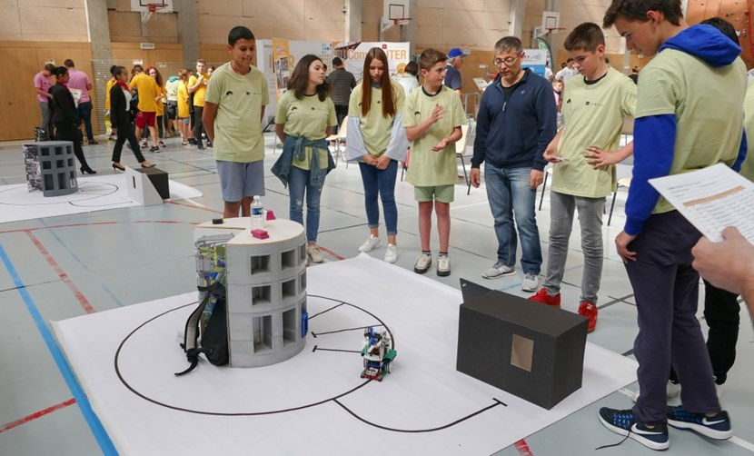 The anticipation is palpable. Will the robot succeed in the Transport challenge? (Collège Giono, Orange) (Click to view larger version...)