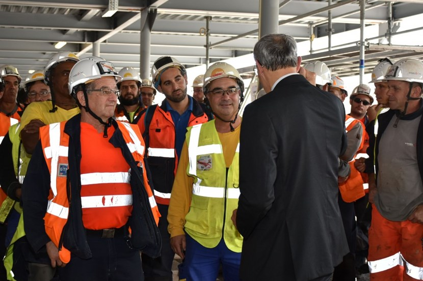 Director-General Bernard Bigot stresses the importance of respecting safety rules at the workplace in his exchange with workers attending Safety Week. (Click to view larger version...)