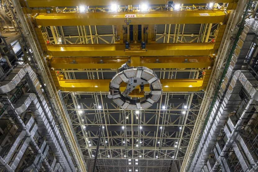 The coil has now reached cruising altitude, 25 metres above the shop floor. Although 10 metres in diameter and 330 tonnes, it looks like a small frisbee lost in the immensity of the Assembly Hall. (Click to view larger version...)